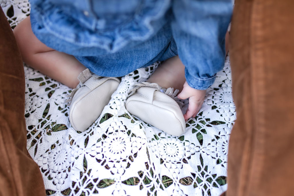 family pictures with baby feet shot idea